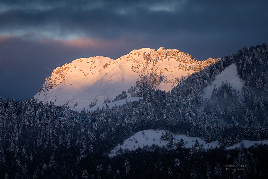Lever de soleil en hiver sur les Rochers de la Bade. Massif des Bauges.