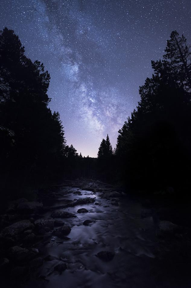 Voie lacteé et riviere entouree de sapins la nuit. Vallée de la Têt, petit Canada.