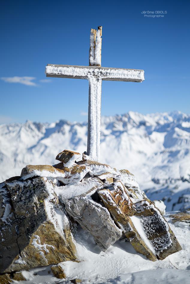 Croix de bois givree au sommet du Grand Mont d'Areches. Massif du Beaufortin.