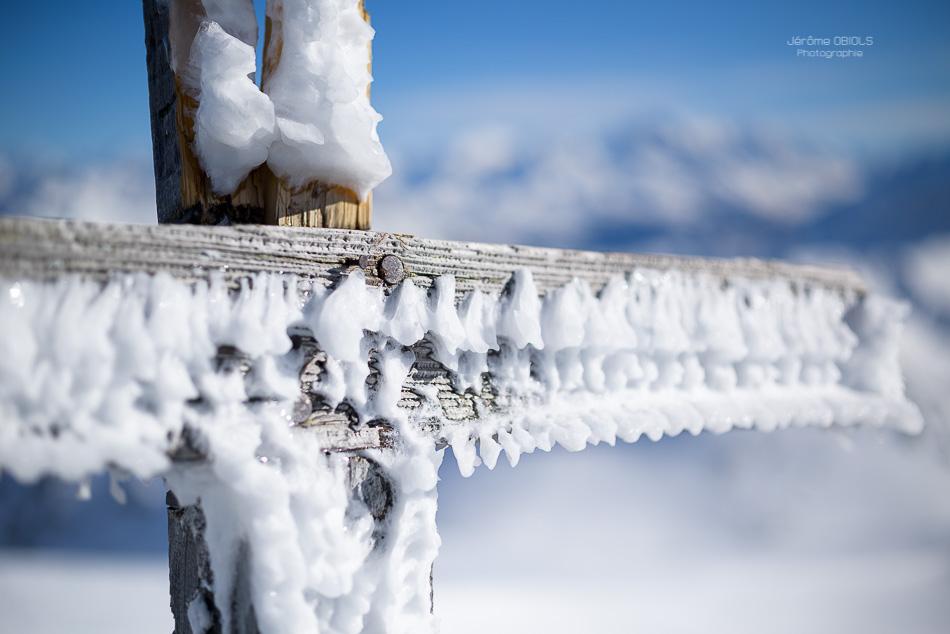 Glace sur une croix en bois en haute-montagne. Grand-Mont. Massif du Beaufortin.