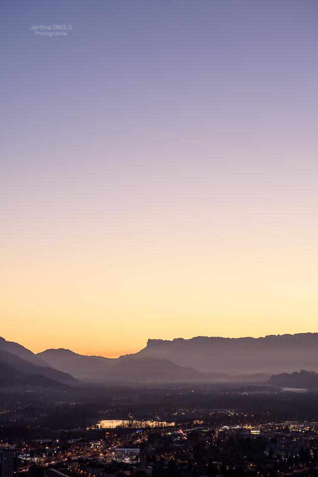 Coucher de soleil sur la combe de Savoie et la Dent de Crolles depuis Albertville.
