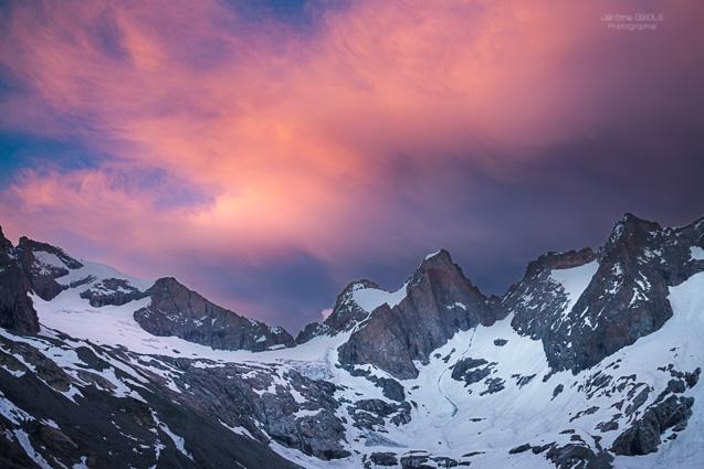 Nuages rougeoiyants au dessus des Tetes du Replat et du Rateau. Parc National des Ecrins.