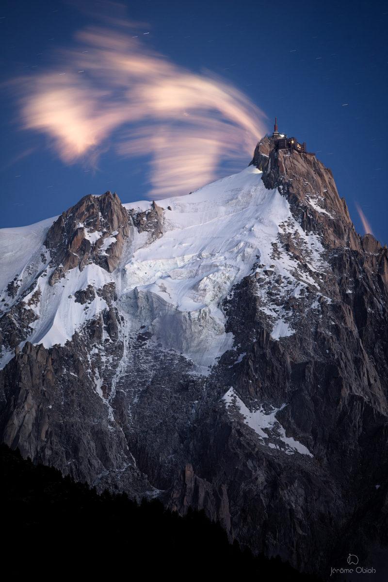 Voie lactée en montagne la nuit au dessus de la vallee Blanche et du Mont Blanc