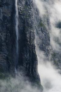 Cascade le long d'une falaise dans la vallée de Lauterbrunnen