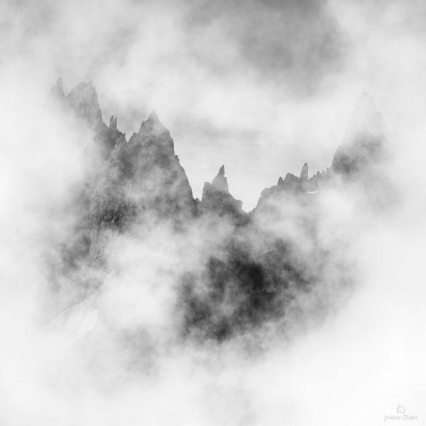 Nuages sur la Pointe de Lépiney dans les Aiguilles de Chamonix. Massif du Mont-Blanc.