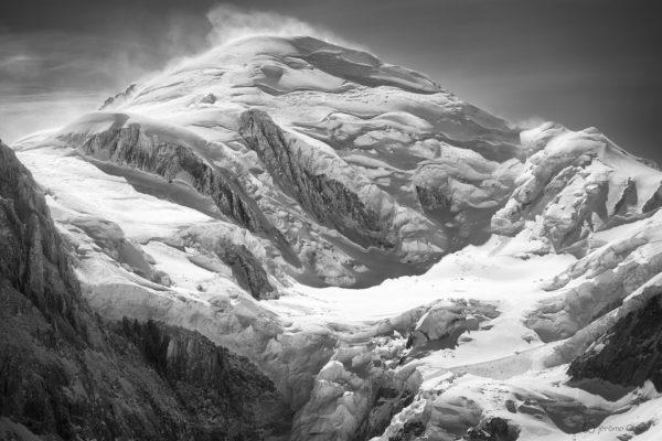 Face nord Mont-Blanc et glaciers et séracs de la face nord du Mont-Blanc en noir et blanc sous la neige en en hiver.