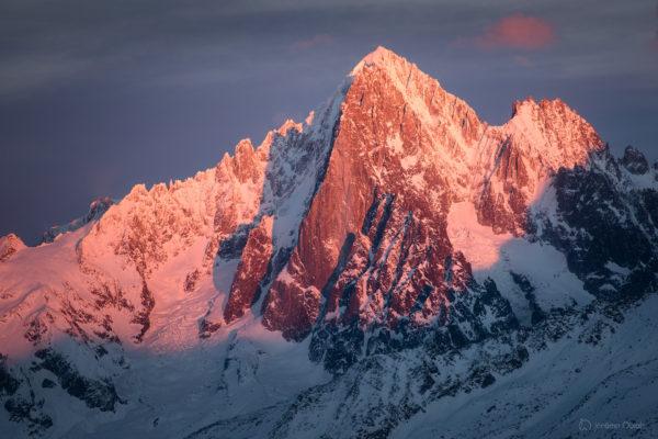 Aiguille Verte au coucher de soleil en hiver. Vente de photo de l'aiguille Verte.