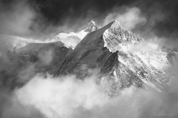 Mont-Blanc et Aiguille de Bionnassay en noir et blanc en hiver sous la neige
