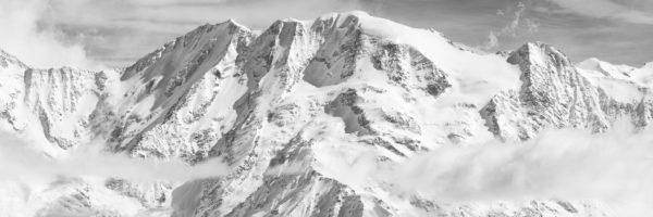 Dômes de Miage et aiguille de la Bérangère en hiver sous la neige. Panorama en noir et blanc.