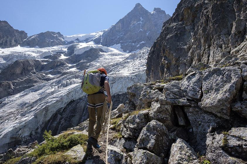 Alpiniste dans les Enfetchores sous la face Nord de la Meije