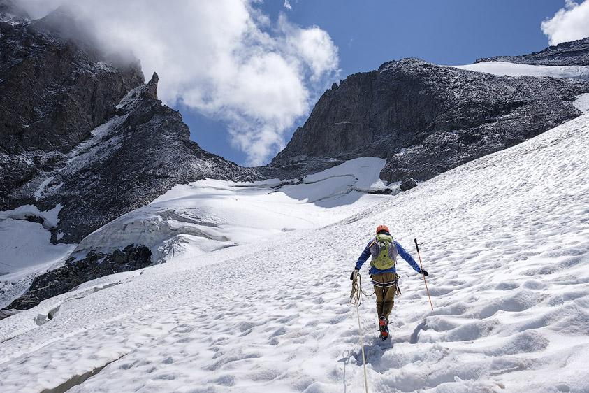 Alpiniste du sur le glacier de la Meije devant la brèche de la Meije.