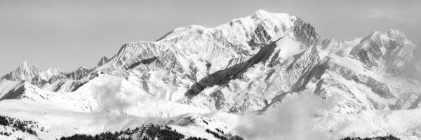 Panorama noir et blanc de la chaine du Mont-Blanc en hiver - versant ouest côté Beaufortain vu des Saisies