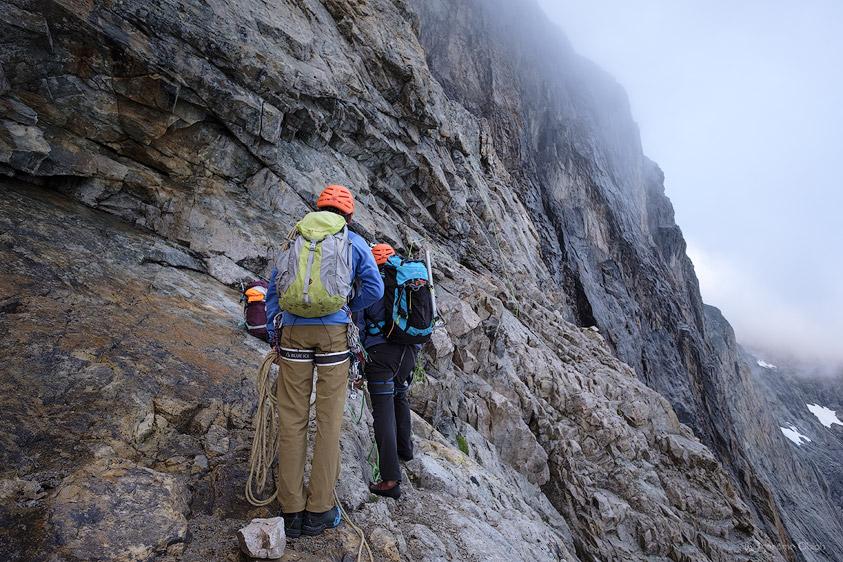 Alpinistes attendant leur tour pour grimper au pied du mur Castelnau. Parc National des Ecrins.
