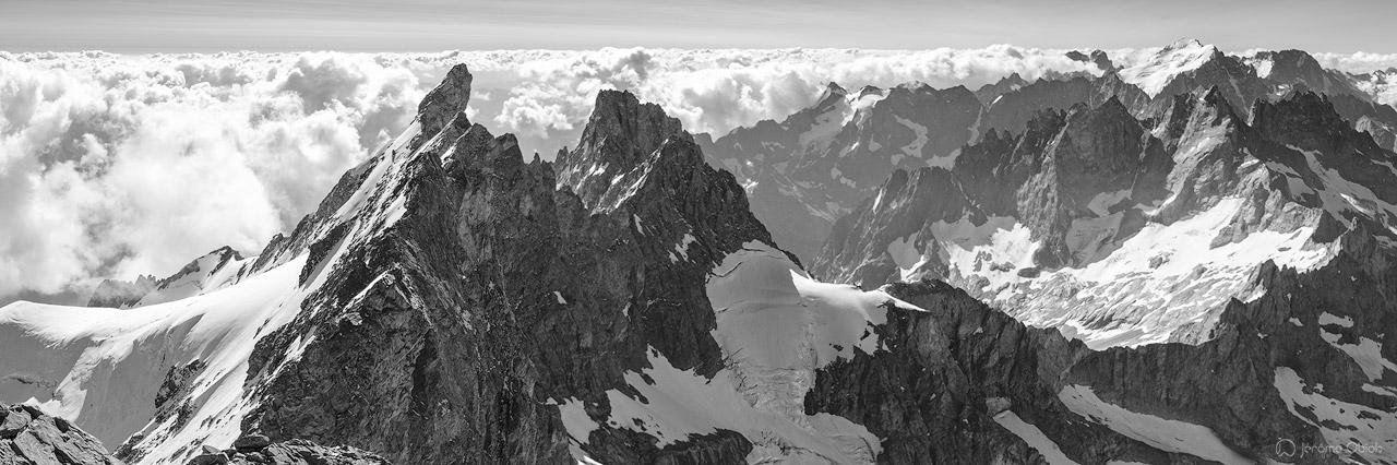 Panorama noir et blanc sur les Ecrins au sommet du Grand Pic de la Meije.