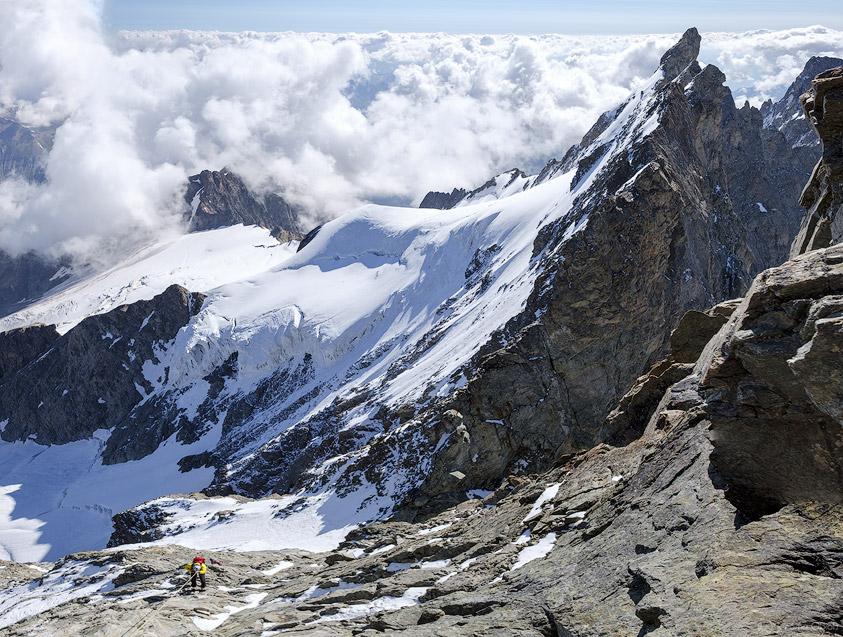 Alpiniste en descente en rappel au Grand Pic de la Meije.
