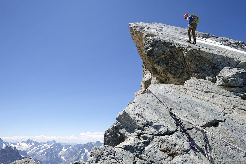 Alpiniste en rappel à la Quatrieme Dent des aretes de la Meije