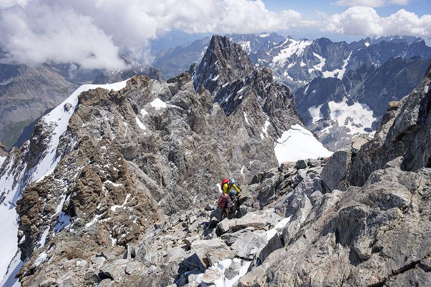 Alpinistes dans la Descente du Doigt de Dieu à la Meije avec vue sur le pic Gaspard