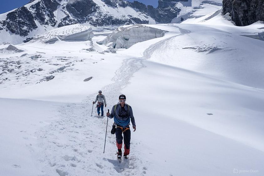 Cordée d'alpinistes sur le glacier du Tabuchet. Parc National des Ecrins.