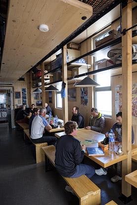 Salle à manger à l'intérieur du nouveau refuge de l'Aigle. Parc National des Ecrins.