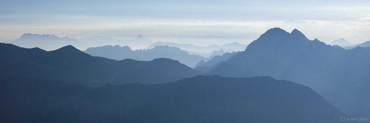 Panorama à contrejour sur le Grand Galibier