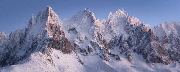 Panorama des Aiguilles de Chamonix à l'heure bleue en hiver. Massif du Mont-Blanc.