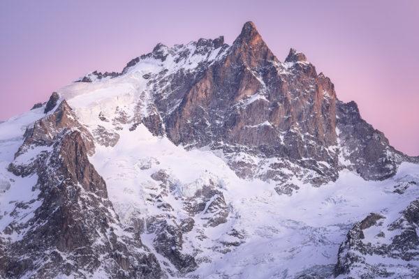 La Meije, versant nord depuis la Grave, recouverte de neige en hiver après le coucher du soleil.