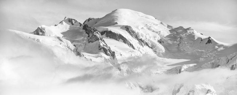 Photo du mont-blanc en noir et blanc avec à droite sa voie normale et l'arete des Bosses