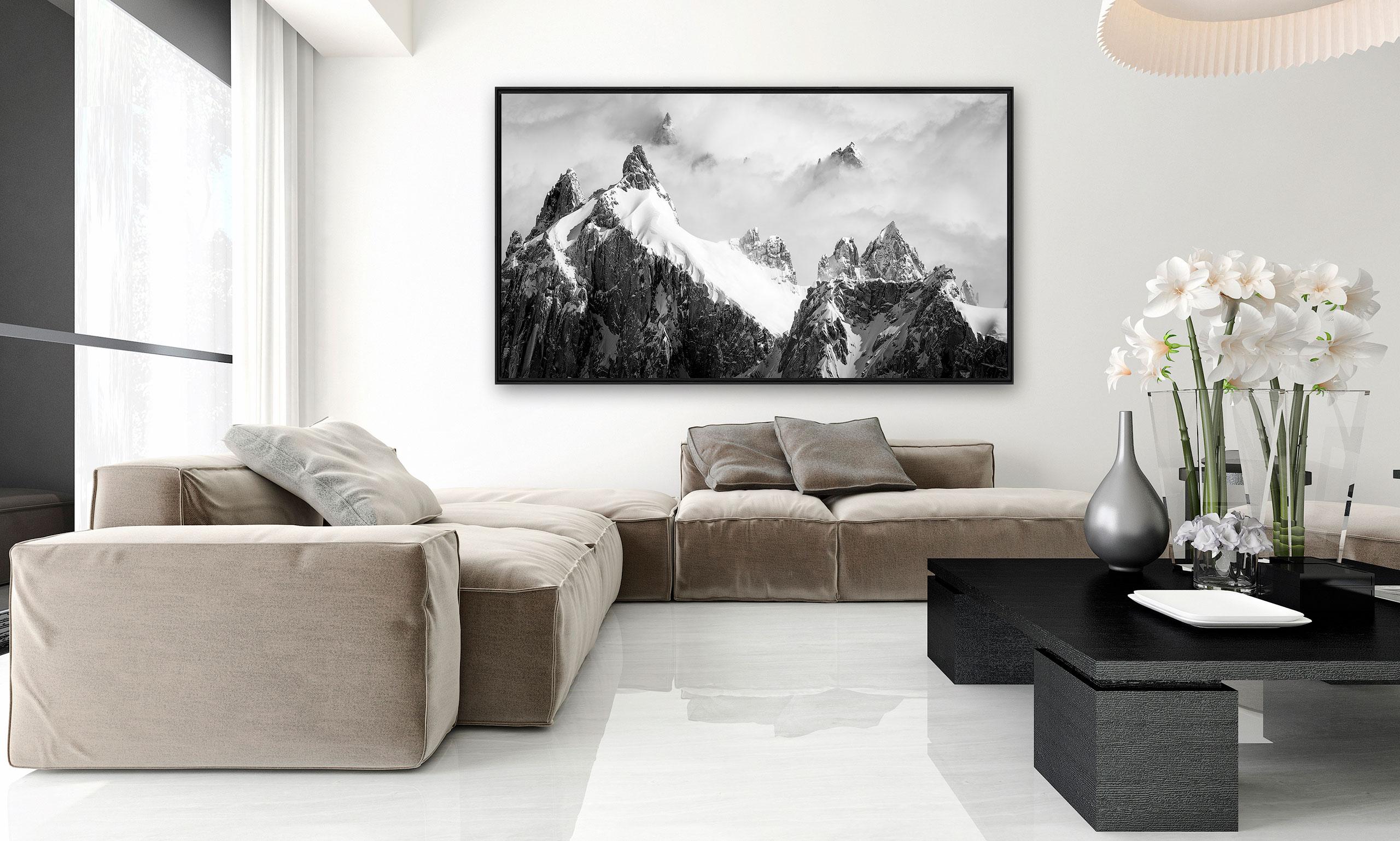 Tableau photo de montagne en noir et blanc dans un intérieur de salon