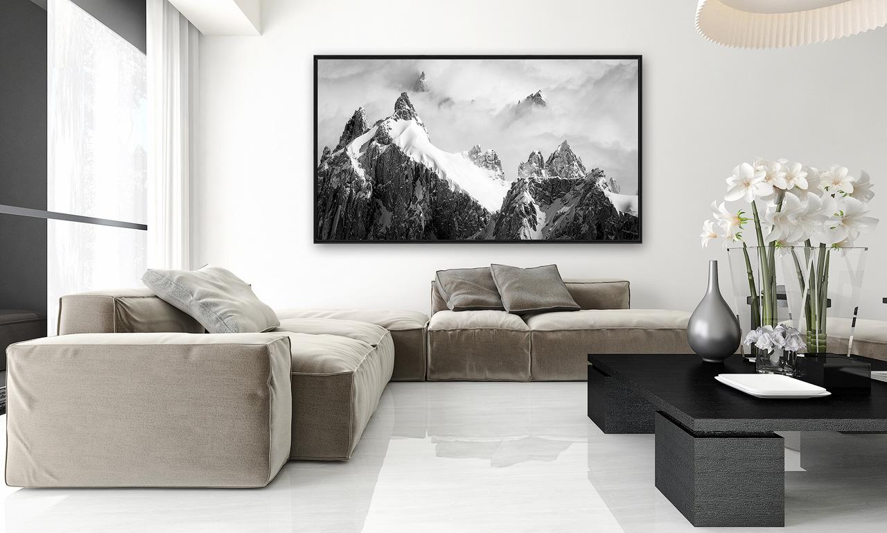 Interieur salon moderne avec photo d'art montagne noir et blanc encadrée en grand format