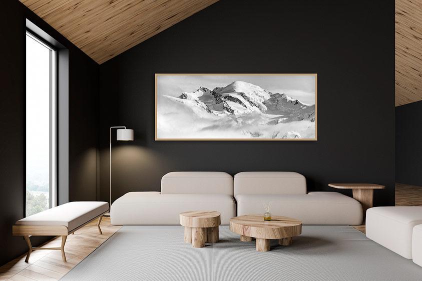 Tableau panoramique dans un intérieur bois avec mur noir
